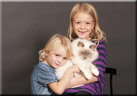 Danny - pälsig och stor - med Julia och Lisa Foto: Lotta Frössberg